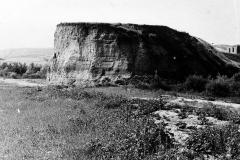 Рис. 25. Вид Заевской скалы (Сосновка, 60-е гг., бечевник ~ 50 м, снимок Д.С. Худякова)