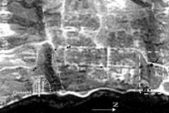 Рис. 4. Космоснимок территории, где K   зона максимальной концентрации литологического материала (наиболее крупные даны черными точками); точкой с пунктиром   границы современной застройки; светлым пунктиром - границы ранних поселений