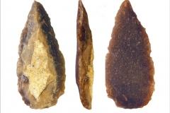 Рис. 25. Стоянка Непряхино, раскоп 2016 года. Горизонт К-IIIИ, наконечник оригинальный