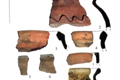 Рис. 5. 1-9 – русская керамика с чёрной и бурой поверхностью из котлована 1; 10-12 – обломки железных предметов; 13 – обломок бронзовой пластины