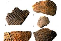 Рис. 5. Рассказань VII. Прочерченная керамика и каменное орудие (2)