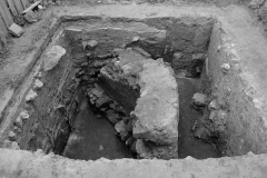 Рис. 3. Фрагмент каменного строения по 15 Увекскому проезду. Шурф «1». Вид с юга (Увек, 2006 г.)