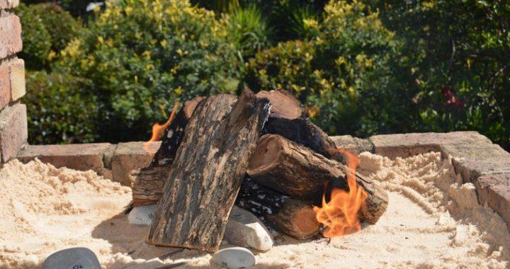 Огонь начали использовать люди миллион лет тому назад. Он был источником тепла и света, защищал от хищников, помогал качественно переработать продукты. 50 000 - 30 000 лет тому назад наши предки начали обработку камней и пород, используя высокие температуры. В этот же период меняются и кулинарные привычки в древних племенах. В рационе людей появляются такие блюда, как суп или бульон. Камни же исполняли роль примитивных сковородок или противней, которые необходимы были для усовершенствования навыков обжарки и запекания. Ключевая методика, позволяющая идентифицировать вид камней – составление карты цвета. Одни материалы, используемые в качестве элементарных кухонных атрибутов, окрашиваются в оттенки розового, другие белеют или темнеют. Однако методика часто критиковалась экспертами, поскольку определения конкретного тона зависит от субъективного мнения эксперта. «Журнал полевой археологии» (апрельский выпуск 2019) содержит статью Сары Вурц и Силье Эвджент Бентсен (доктора археологии) о том, как же усовершенствовать методы определения пород камней. Ученые предложили новую прогрессивную концепцию. Исследователи разогревали различные образцы камнем в кострах, а затем проводили сравнительную характеристику оттенков. Базовое исследование – первый шаг на пути к созданию идеальной схемы сравнения раскаленных камней. Это поможет еще больше изучить то, как нагретые камни использовались нашими предками в различные исторические периоды. Один из наборов булыжников, которые изучали авторы публикации, был обнаружен археологами в Капской провинции на территории Южной Африки. Участок целой реки Класис изучали в несколько этапов: в 1960, 1984 и 1995 годах. Ранние археологические находки указывают на то, что небольшие селения современных людей располагались на берегу реки 120 000 – 40 000 лет тому назад. Группы состояли из мужчин и женщин разного возраста. Они употребляли в пищу рыбу, морепродукты, животных, обитающих на суше, а также вводили в меню растения. Остатки кострищ – предмет 